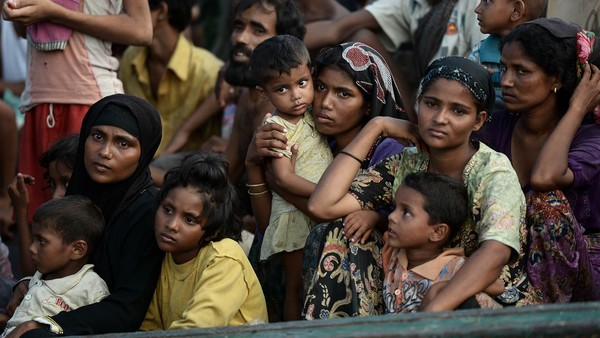 Rohingya migrants sit on a boat drifting in Thai waters off the southern island of Koh Lipe in the Andaman sea on May 14, 2015. A boat crammed with scores of Rohingya migrants -- including many young children -- was found drifting in Thai waters on May 14, with passengers saying several people had died over the last few days. AFP PHOTO / Christophe ARCHAMBAULT