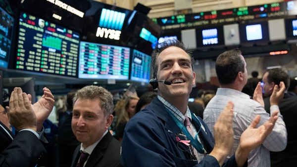 NEW YORK, NY - AUGUST 11: Traders applaud as the closing bell rings on the floor of the New York Stock Exchange (NYSE), August 11, 2016 in New York City. For the first time since 1999, the S&P 500 Index, Dow Jones Industrial Average and Nasdaq Composite Index all set record highs on the same day. (Photo by Drew Angerer/Getty Images)
