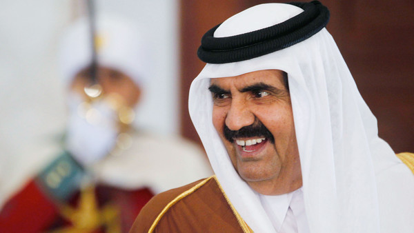 Qatar's Emir Hamad bin Khalifa al-Thani smiles upon his arrival at Houari Boumediene Airport in Algiers January 7, 2013.