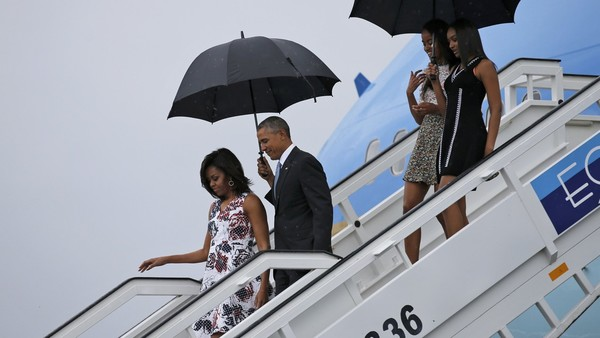 US President Barack Obama, his wife Michelle, and their daughters Malia and Sasha, exit Air Force One as they arrive at Havana's international airport for a three-day trip, in Havana March 20, 2016. REUTERS/Carlos Barria