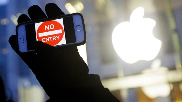 epa05177563 A man holds up an iPhone with a 'No Entry' graphic as part of a rally in front of an Apple Store in support of the company's privacy policy, in New York, New York, USA, 23 February 2016. Apple is currently in a legal dispute with the FBI, which has requested that Apple unlock the iPhone of one of the people involved in the San Bernardino terrorist attacks. EPA/JUSTIN LANE