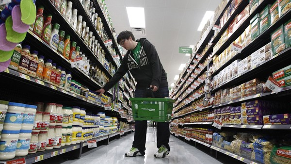 A shopper looks over items in an aisle at a newly opened Walmart Neighborhood Market in Chicago, September 21 2011. The 27,000 square foot (2508 square meters) store is the first in Illinois with an emphasis on groceries and basic household goods. REUTERS/Jim Young (UNITED STATES - Tags: FOOD BUSINESS)