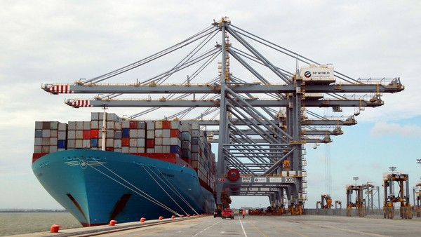 The Edith Maersk, the largest ship ever on the Thames, at 397-metre-long, 56-metre-wide, with a draught of 16 metres and which can carry up to 15,500 standard containers, is unloaded whilst docked at the UKÕs new deepwater container port, DP World London Gateway, near Stanford le Hope Essex. PRESS ASSOCIATION Photo. Picture date: Sunday October 19, 2014. Photo credit should read: Sean Dempsey/PA Wire