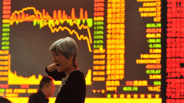 A stock investor gestures as she checks share prices at a security firm in Fuyang, east China's Anhui province on May 28, 2015. Chinese stocks plunged 6.5 percent on May 28 on concerns over tight liquidity and stricter requirements for margin trading, after closing at a more than seven-year high the previous day, dealers said. AFP PHOTO CHINA OUT